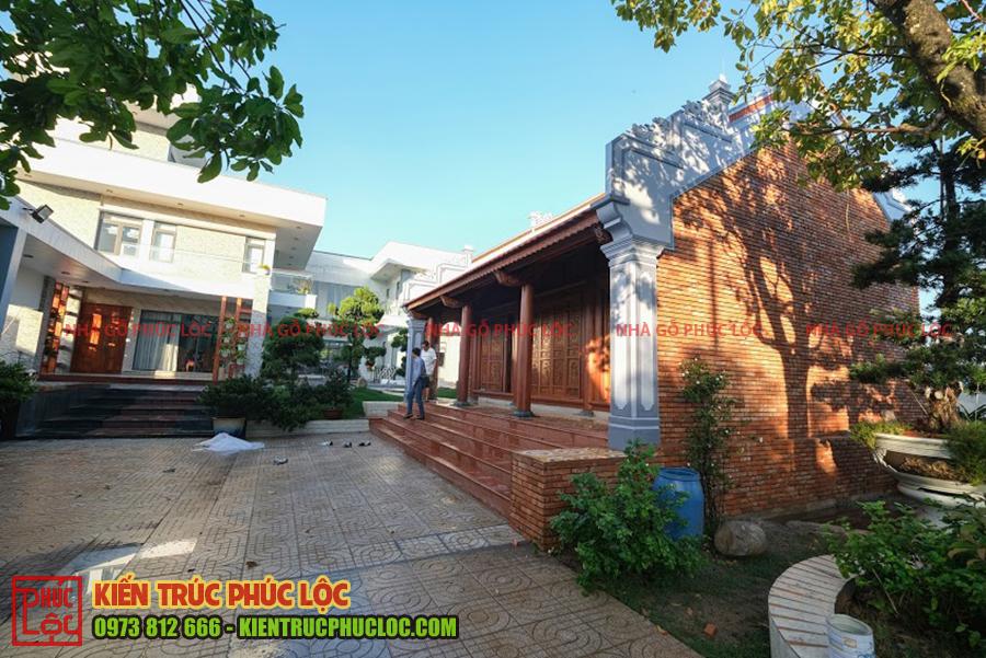Mẫu nhà gỗ 3 gian trong khuôn viên biệt thự sân vườn