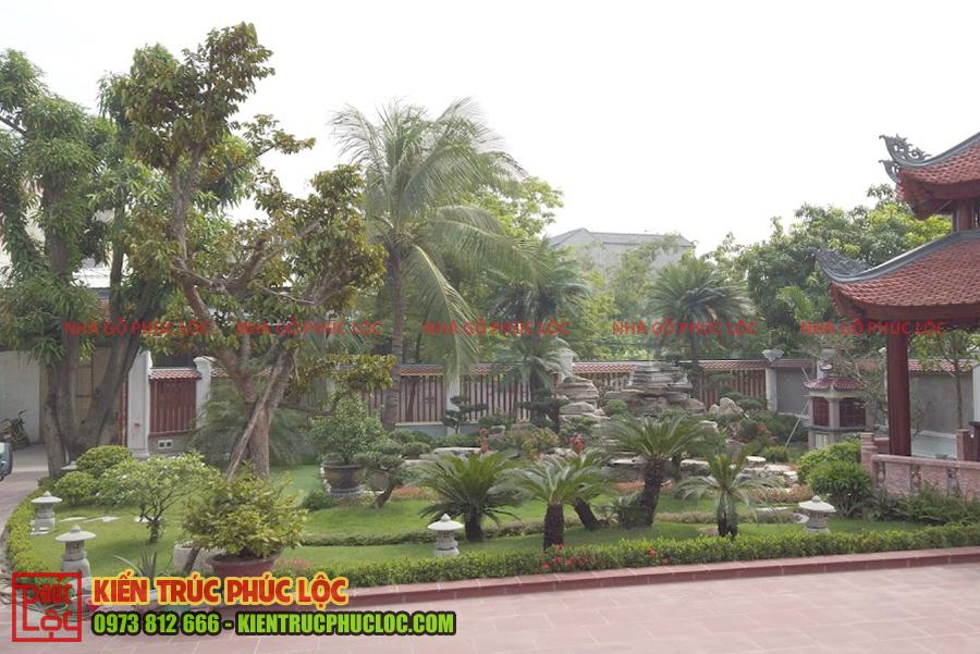 Phần sân vườn của nhà gỗ